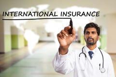 Doktor som understryker internationell försäkring på skärmen royaltyfri fotografi