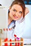 doktor som ut ser kvinnan för bildskärm royaltyfria foton