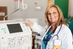 Doktor som visar en dialyser Arkivfoto