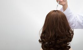 Doktor spritzen Behandlungsserumvitamin-Haarfall ein stockbild