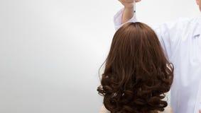 Doktor spritzen Behandlungsserumvitamin-Haarfall ein stockfotos
