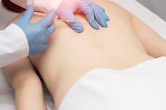 Doktor spritzt Triggerpunkte auf dem Patienten, den s zurück zu Muskelkrampf und -schmerz beseitigen, Lumbago ein lizenzfreie stockfotografie