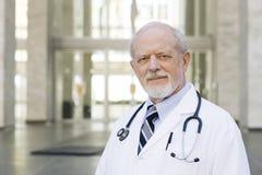 Doktor Standing Outside Stockbild