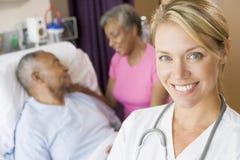 Doktor Standing In Patients Room Lizenzfreies Stockfoto