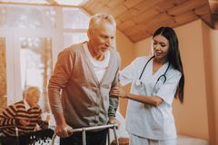 Doktor Supports Man Pensionär auf Go-Karten hilfen stockfoto