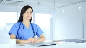 Doktor Talking med patienten, online-video pratstund på bärbara datorn Arkivbilder