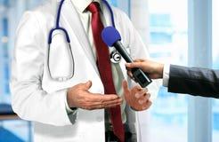 Doktor Talking zum Mikrofon Stockfotografie