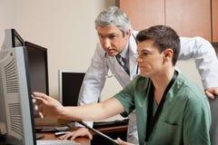 Doktor And Technician Working tillsammans Royaltyfri Bild