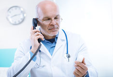 Doktor am Telefon Lizenzfreie Stockfotos