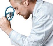Doktor Thinking And Tired Doktor Is Considering Diagnosis Begrepp för tålmodig omsorg royaltyfri foto