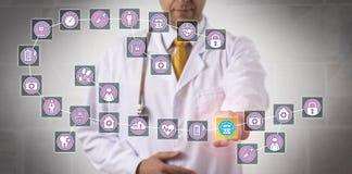 Doktor Touching Data Block i medicinska Blockchain Arkivbilder