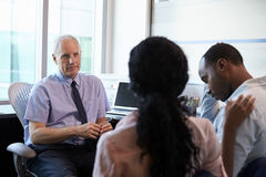 Doktor Treating Couple Suffering mit Krise im Büro Lizenzfreie Stockbilder