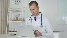 Doktor Typing On Laptop in der Klinik stock video