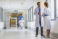 Doktor-u. Krankenschwester-Senior Female Patient-Rollstuhl-Krankenhaus Corrido Stockbild