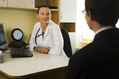 Doktor u. Patient Stockbilder