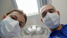 Doktor und Assistent in der medizinischen Maskennahaufnahme, geduldiger Gesichtspunkt stock video