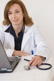 Doktor und Computer stockfoto