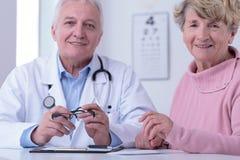 Doktor und dankbarer Patient stockbild