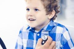 Doktor und geduldiges Kind Arzt, der wenig Jungen ?berpr?ft Regelm??iger medizinischer Besuch in der Klinik Medizin und Gesundhei stockbild
