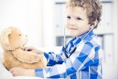 Doktor und geduldiges Kind Arzt, der wenig Jungen ?berpr?ft Regelm??iger medizinischer Besuch in der Klinik Medizin und Gesundhei stockfotos