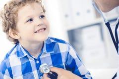 Doktor und geduldiges Kind Arzt, der wenig Jungen ?berpr?ft Regelm??iger medizinischer Besuch in der Klinik Medizin und Gesundhei stockfotografie