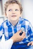 Doktor und geduldiges Kind Arzt, der wenig Jungen ?berpr?ft Regelm??iger medizinischer Besuch in der Klinik Medizin und Gesundhei lizenzfreies stockfoto