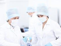 Doktor und ihr Assistent während der Operation Lizenzfreie Stockfotos