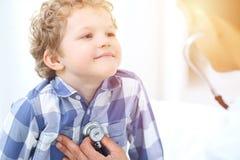 Doktor- und Kinderpatient Arzt überprüft kleinen Jungen durch Stethoskop Medizin und Kinder` s Therapiekonzept stockbilder