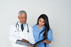 Doktor und Krankenschwester auf wei?em Hintergrund lizenzfreies stockbild