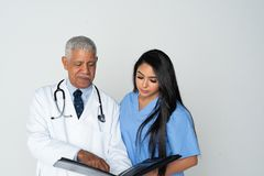 Doktor und Krankenschwester auf wei?em Hintergrund lizenzfreie stockfotografie