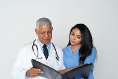 Doktor und Krankenschwester auf wei?em Hintergrund stockfotografie