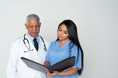 Doktor und Krankenschwester auf wei?em Hintergrund stockbilder