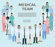 Doktor und Krankenschwester, die x-Strahl betrachten Gruppendoktoren und -krankenschwestern, die zusammen stehen Medizinwebsitefa stock abbildung