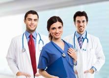 Doktor und Krankenschwester, die x-Strahl betrachten Stockfotografie