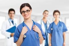 Doktor und Krankenschwester, die x-Strahl betrachten Stockbilder