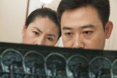 Doktor und Krankenschwester Examine ein Röntgenstrahl stockbild