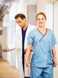 Doktor und Krankenschwester mit medizinischen Diagrammen Stockbilder
