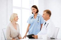Doktor und Krankenschwester mit Patienten im Krankenhaus Lizenzfreies Stockbild