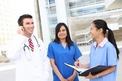 Doktor und Krankenschwestern am Krankenhaus Stockbild