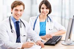 Doktor und olleague Stockfotos