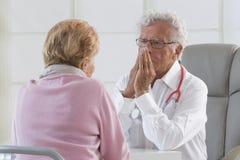 Doktor und Patient Stockfotos