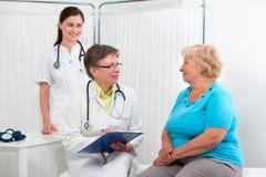 Doktor und Patient lizenzfreies stockfoto