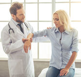 Doktor und Patient stockfotografie