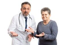 Doktor und Patient, die verwirrte Geste machen lizenzfreie stockfotos