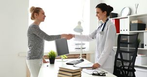 Doktor und Patient rütteln Hände im Büro stock video footage