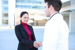 Doktor-und Patienten-Händedruck Stockfotos