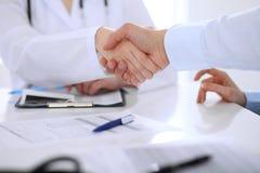Doktor- und Patientenhändeschütteln Übergibt Nahaufnahme stockbilder
