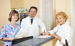 Doktor und Personal grüßt Patienten Stockfoto