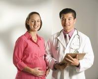 Doktor und schwangere Frau. Lizenzfreie Stockfotos