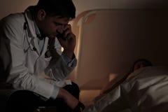 Doktor under nattförskjutning Arkivfoto